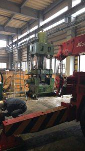 油圧プレス機のヘッド交換作業