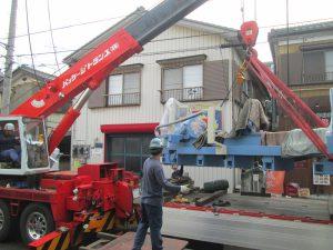 クレーンによる工作機械搬入作業