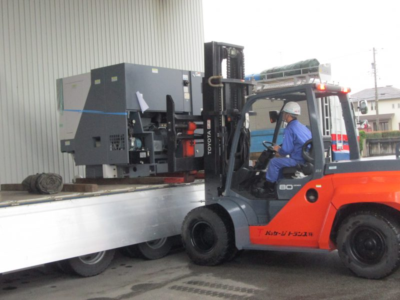 リフトによる工作機械搬入設置
