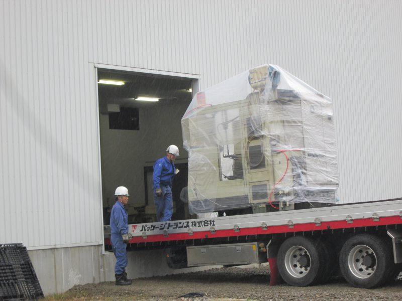 セルフローダーによる工作機械搬入